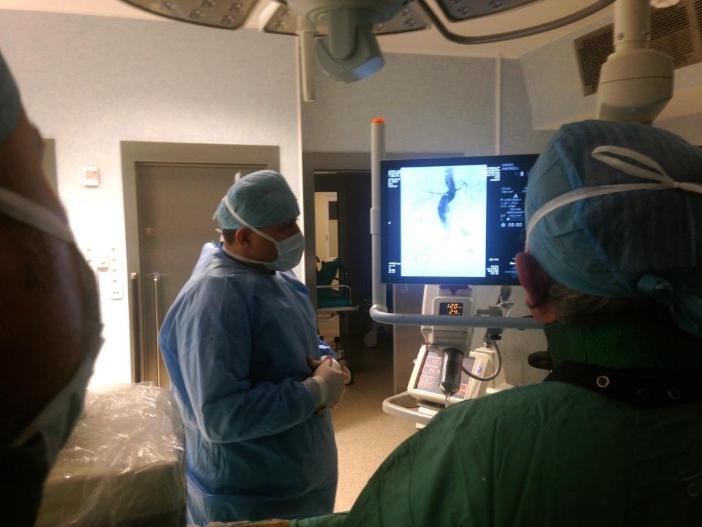 chirurdzy naczyniowi w trakcie operacji tetniaka aorty stentgraftem nellix