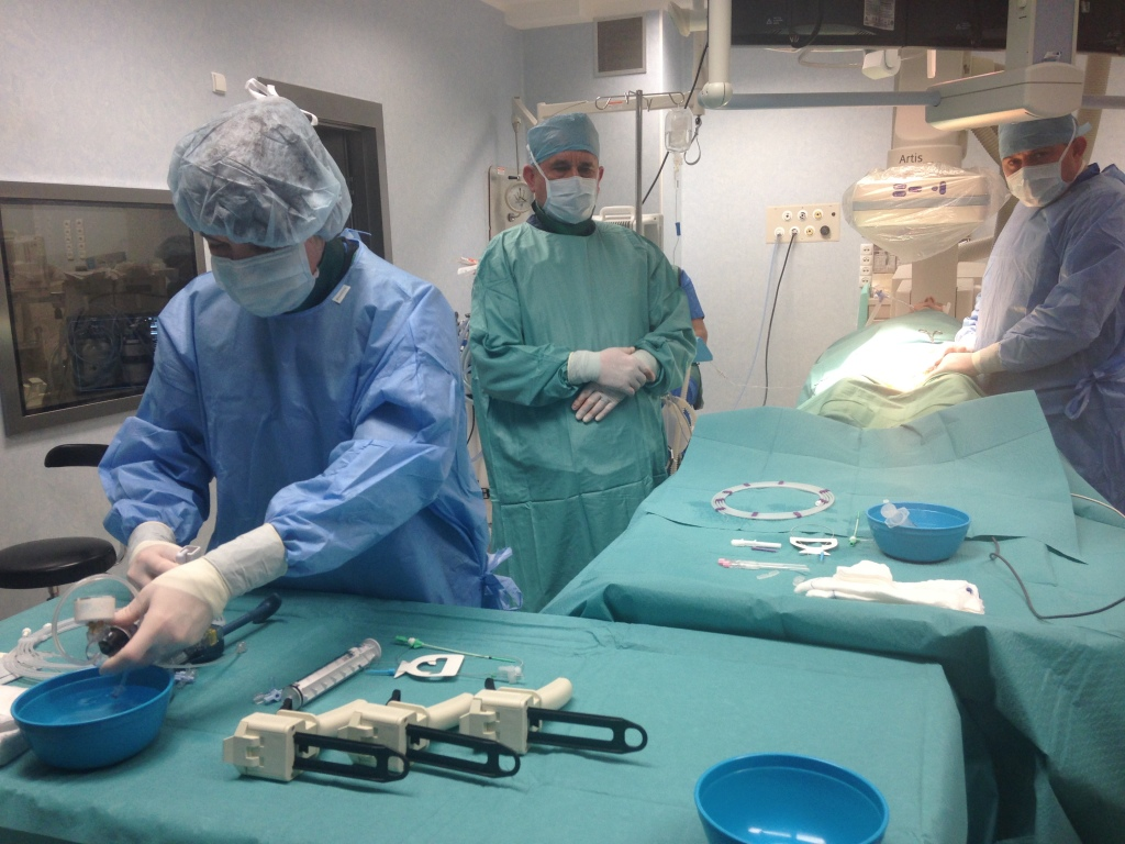 prof molski w trakcie implantacji pierwszego stentgraftu nellix