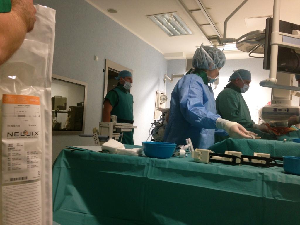 w trakcie operacji tetniaka aorty stentgraftem nellix