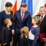 Pamiątkowe rodzinne zdjęcie z Prezydentem. foto: Eliza Radzikowska-Białobrzewska/KPRP